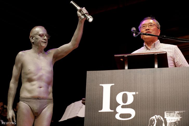Atsugi Higashiyama japán kutató a díjátadón