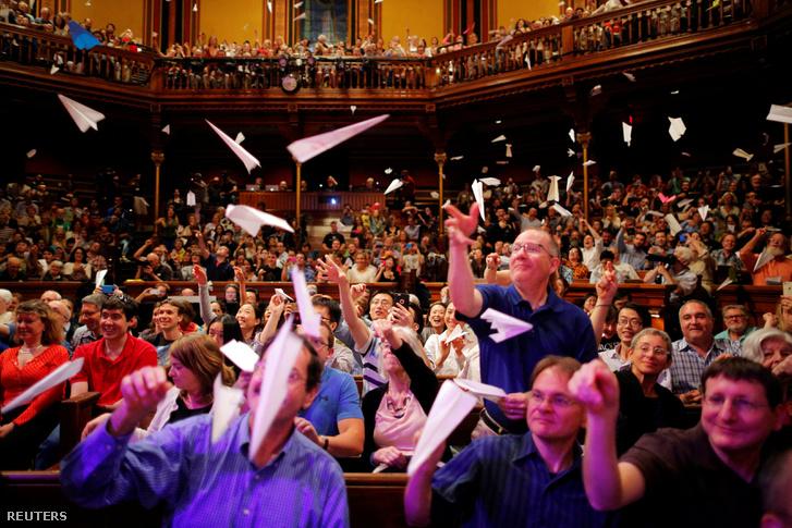 A díjkiosztó közönsége papírrepülőket eregetett a ceremónia közben