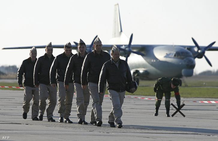 Az orosz légierő tagjai egy Szíria feletti bevetés után, 2016. március 16-án.
