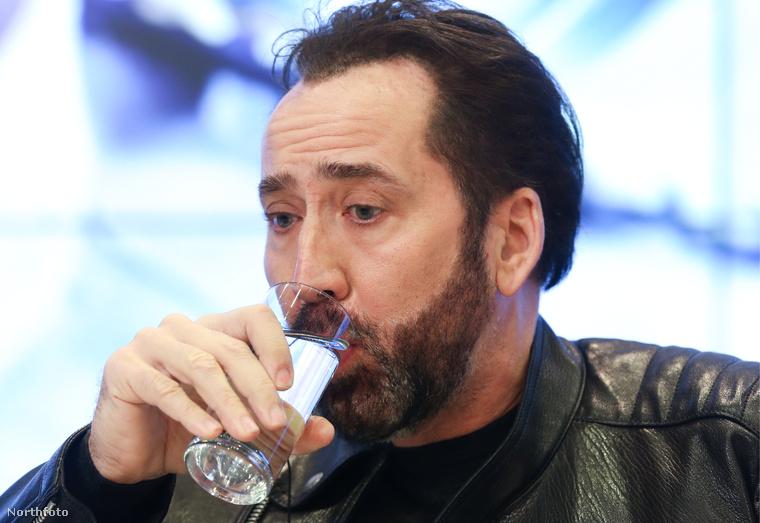 Nicolas Cage Moszkvában bemutatta új filmjét, illetve arcszőrzetét, na meg azt, hogy milyen ügyesen iszik pohárból.