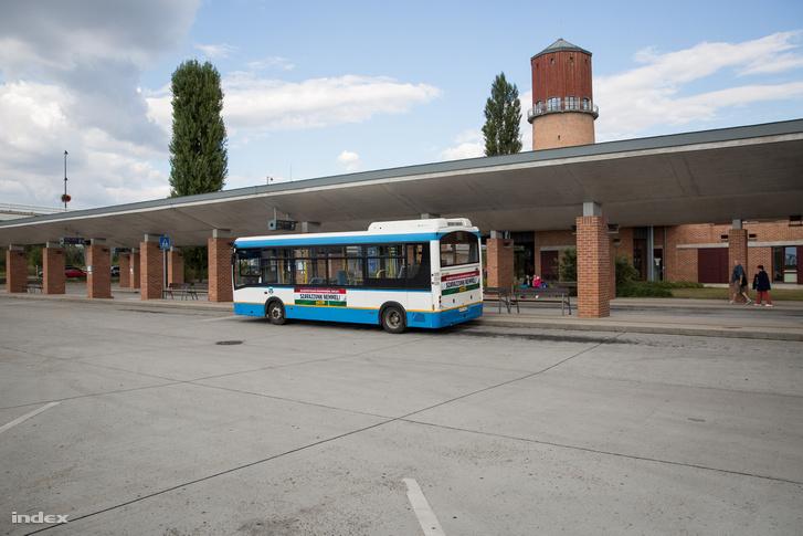 Kormányzati matricával dekorált busz parkol a hatvani buszvégen