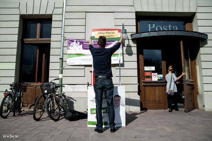Épül az utcai stand a posta mellett