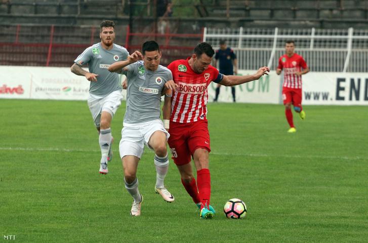 A diósgyõri Elek Ákos és Vida Máté a Vasas játékosa a labdarúgó OTP Bank Liga 7. fordulójában játszott Diósgyőri VTK - Vasas találkozón a Diósgyőri Stadionban 2016. augusztus 21-én.