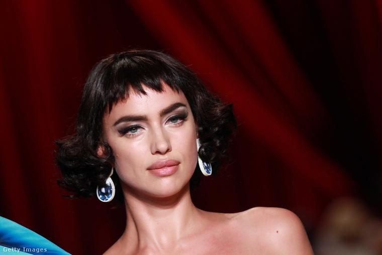 A Milánói divathéten a Moschino is felvonultatta a kifutón új kollekcióját, méghozzá olyan modellek segítségével, mint például Irina Shayk.