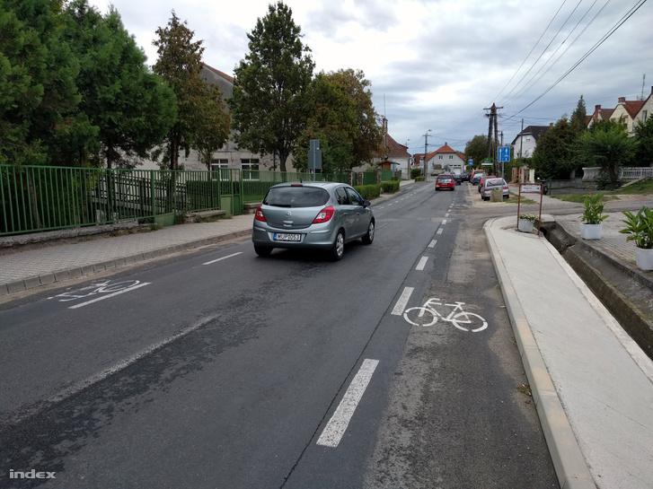 Fertőrákos egy részén költséghatékonyan oldották meg a kerékpársáv létesítését: egyszerűen lecsípték az addigi két sávból