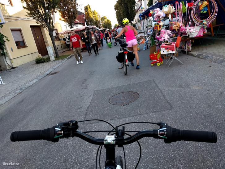 Hol legyen a falunap, ha nem a bringaút közepén?