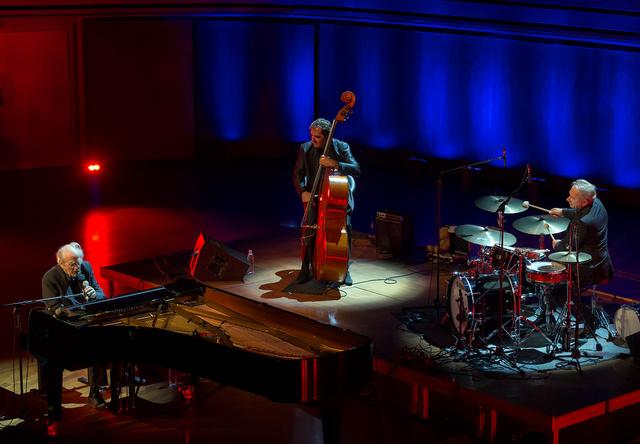 Michel Legrand – zongora, ének, Pierre Boussaguet – bőgő, François Laizeau – dob