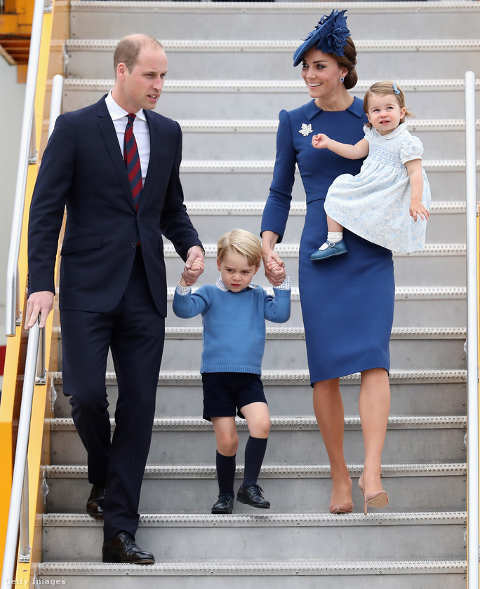 Mindenesetre a három éves herceg nem titkolta ellenérzéseit a protokolláris érkezéssel kapcsolatban.