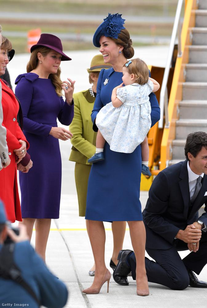 Elképzelhető, hogy maga Justin Trudeau miniszterelnök lágyította meg, aki letérdelt hozzá, míg Katalin a miniszterelnökné Sophie Grégoire Trudeau-val csevegett.