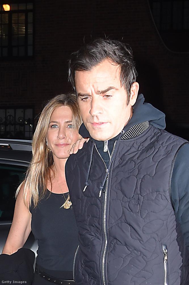 Jennifer Aniston nem nagyon mutatkozott nyilvánosan A Válás bejelentése óta, most viszont utcára lépett, méghozzá férjével, Justin Theroux-val együtt.