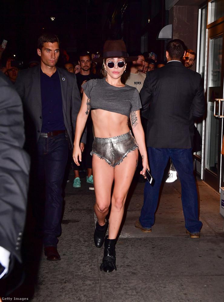Gyakorlatilag ez lett Lady Gaga új védjegye, hisz már új albuma borítóján is ilyen nadrágban van.