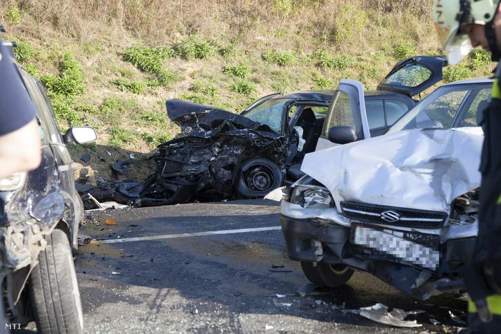 Balesetben összetört személygépkocsik 2016. szeptember 25-én a 7-es fõúton Nagykanizsa közelében ahol három autó összeütközött. A balesetben két ember súlyosan kettõ pedig könnyebben megsérült.