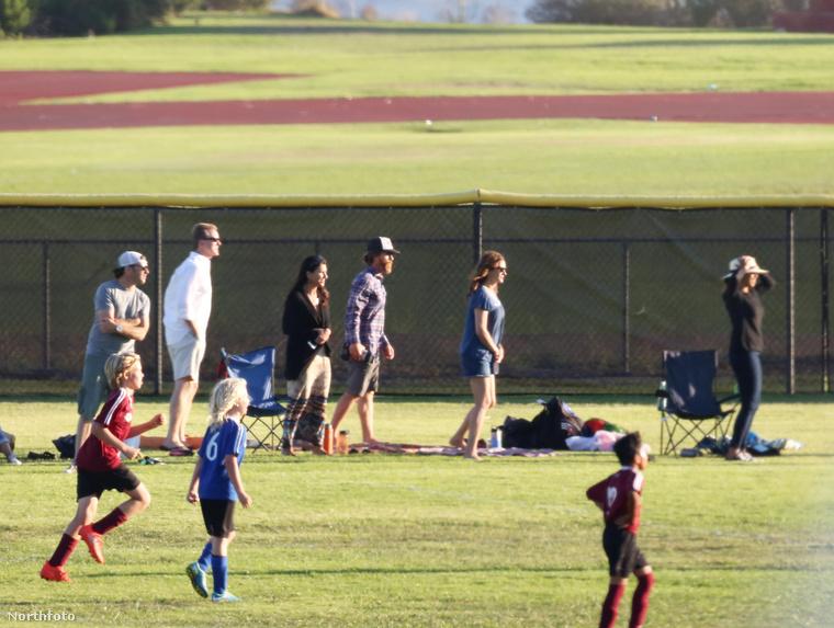 Ezért csodálatos pillanat ez a tegnap készült fotósorozat, amelyen ugyan a gyerekek nem igazán látszanak, mégis tudható, hogy az ő focimeccsüket tekintették meg a szülők