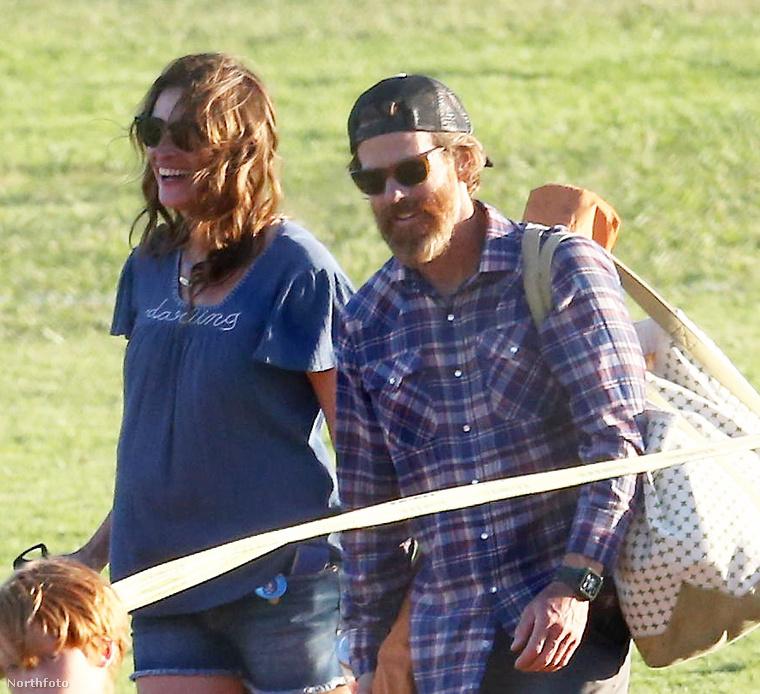 Julia Roberts-et általában George Clooney társaságában vagy a gyerekeivel látjuk, egyszer azonban már olyan is történt, hogy a színésznő a férjével kolbászolt a városban.