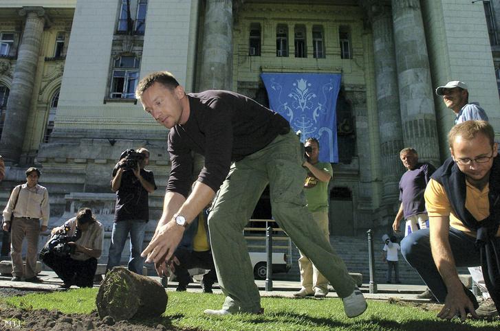 """Rogán Antal egy 2006. szeptemberi kampányrendezvényen az MTI képaláírása szerint """"a Fidesz kerületi aktivistáival közösen társadalmi munkában megkezdi a megrongált Szabadság tér helyreállítását"""". Csakhogy a jobboldali férfi Rogán mellett nem egy aktivista, hanem Kertész Balázs."""