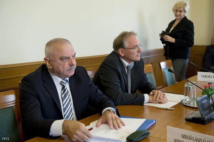 Eiselt György a Belügyminisztérium főosztályvezetője (b) az Országgyűlés honvédelmi és rendészeti bizottságának ülésén 2012. szeptember 24-én.