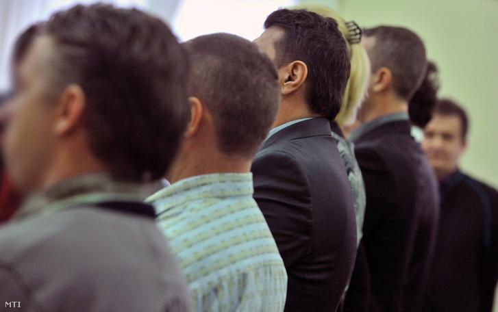 Az Eclipse-ügy vádlottjai állva hallgatják az elsőfokú ítéletet a Fővárosi Törvényszéken 2013. január 8-án.