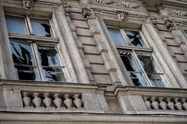 Betört ablakok egy lakóház emeletén a robbantás közelében