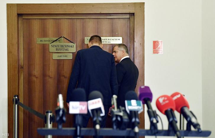 Molnár Zsolt és Kósa Lajos tanácskoznak a Nemzetbiztonsági Bizottság sajtótájékoztatója közben