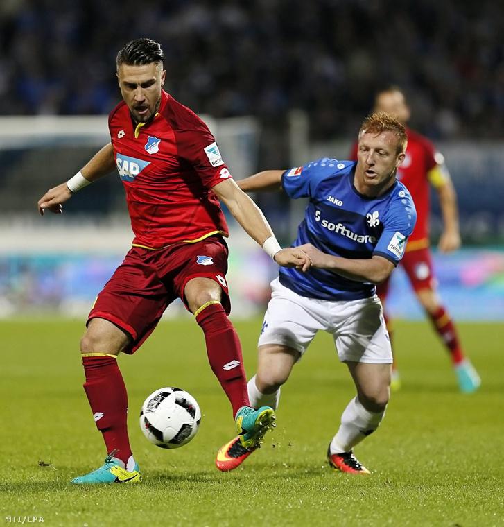 Kleinheisler László a Darmstadt 98 és Ermin Bicakcic az 1899 Hoffenheim játékosa a német első osztályú labdarúgó-bajnokság 2016. szeptember 20-i mérkőzésén a darmstadti Jonathan Heimes Stadionban.
