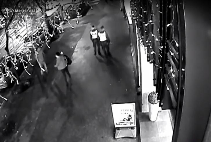 A két rendőr sétál a Körúton a robbantás előtti pillanatban.