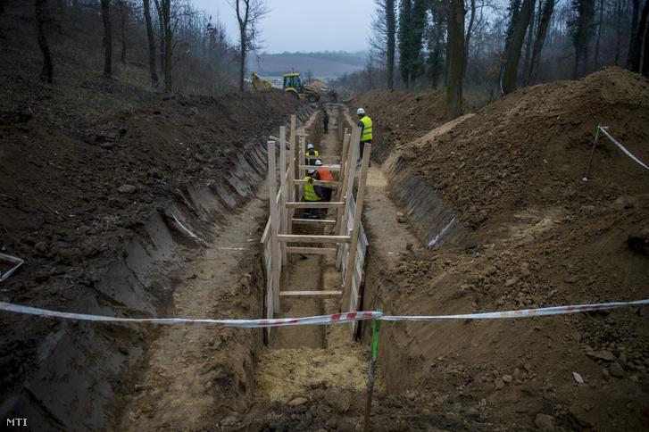 Munkások dolgoznak egy kutatóárok mélyítésén Cserdi közelében 2015. december 15-én. A 700 méter hosszú, 2-6 méter mély kutatóárok célja kideríteni, hogy az utóbbi pár millió évben történt-e mozgás az alaphegységben. A Boda mellé tervezett tároló a 2060-as évek végére épülhet meg, biztonságos elhelyezést nyújtva a paksi atomerőmű addigra felhalmozódó fűtőelemeinek és más nagy aktivitású hulladékának.
