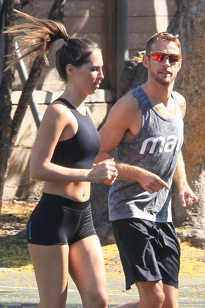 Button és barátnője, a topmodell Brittny Ward Los Angeles egyik parkjában nevelték a testüket.