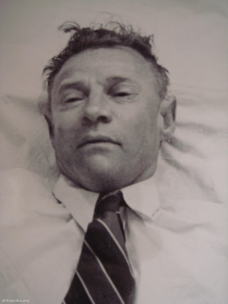 A Taman Shud eset egy ismeretlen férfi rejtelmes halála köré összpontosul, akit 1948 decemberében találtak holtan a dél-ausztráliai Adelaida városának tengerpartján