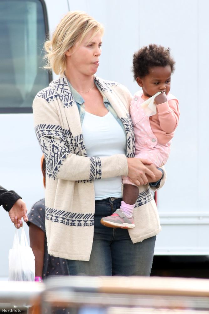 A való életben Charlize Theron két örökbefogadott gyermekét neveli.