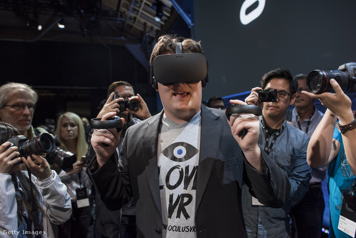 Palmer Luckey, az Oculus vezére mutatja be a Facebookkal közösen fejlesztett headsetet egy konferencián.