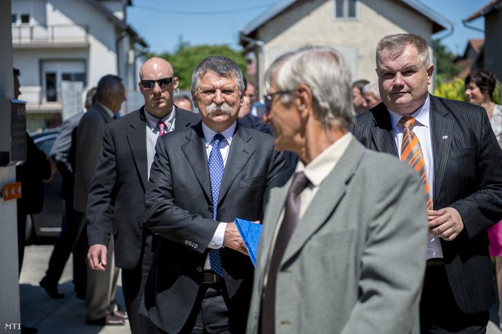 Kövér Lászlót az Országgyûlés elnöke (j3) és Jankovics Róbert a Horvátországi Magyarok Demokratikus Közösségének (HMDK) ügyvezetõ elnöke (j) a bellyei HMDK székház elõtt 2016. június 1-jén.