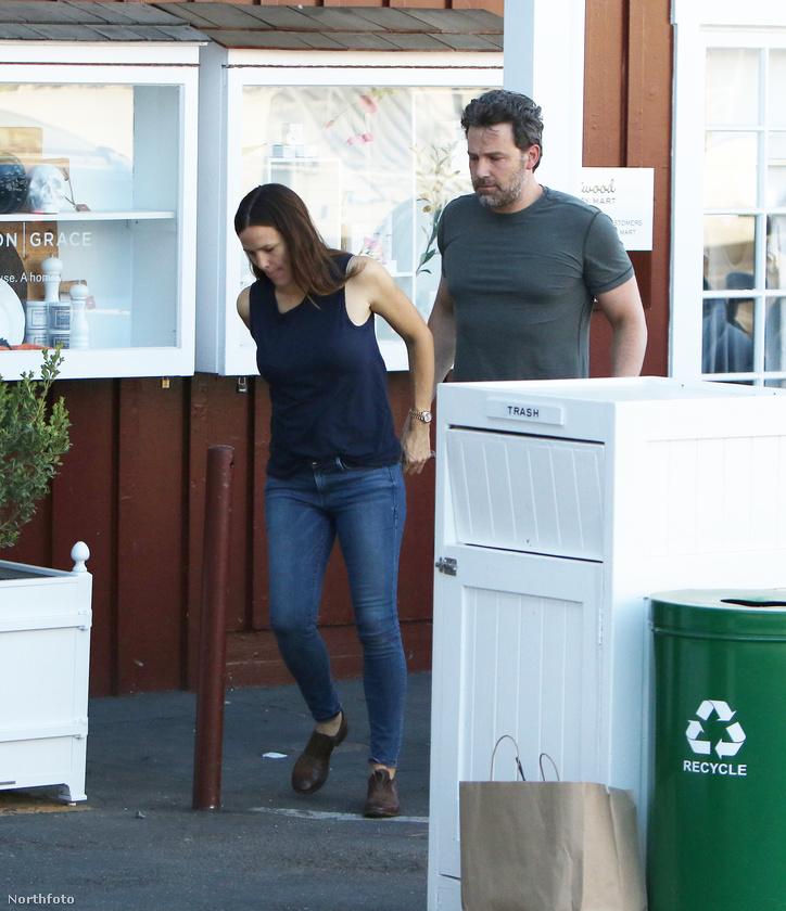 Bár sokszor lehetett arról hallani, hogy a színész a dadusbotrány után kaphat még egy esélyt, aztán kiderült, hogy menthetetlen a házasságuk.                         Pedig itt Affleckminthamegfogta volna Garner kezét.