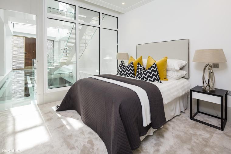 A hálószoba-blokk az elegáns lakótér fölött helyezkedik el