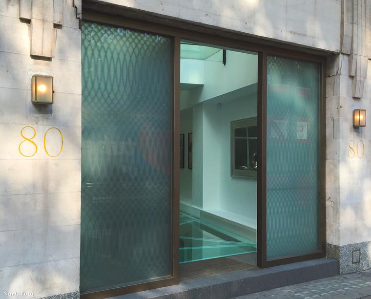 Luxus a luxusban: ez a környék egyetlen villája, amelynek saját, a Park Lane-re nyíló bejárati ajtaja van, bár így messziről nehezen sejthető, hogy ez miért jobb, mintha a másik oldalon lenne