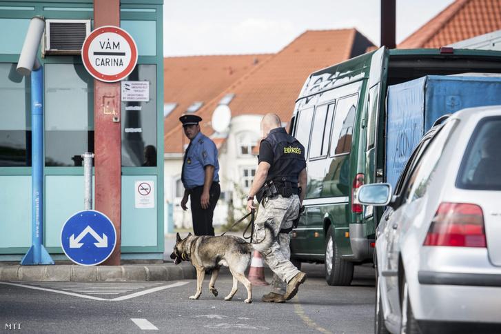 Robbanószer-keresõ kutya a tompai határátkelõhelyen 2016. szeptember 27-én ahol szigorított ellenõrzés van a múlt heti budapesti robbanás miatt.