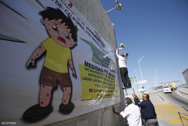 Munkás helyez betegség megelőzésre felhívó molinót el El Pasóban, 2015. februárjában.