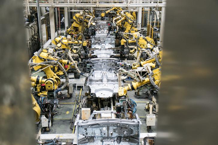 Megszámlálhatatlan mennyiségű robot dolgozik a soron