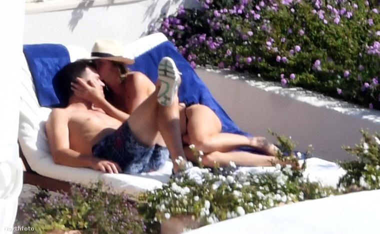 Utána pedig befeküdt Brady mellé, hogy igazán szerelmesen enyeleghessenek egymással, miközben nem tudták, hogy egy teljesen véletlenül épp arra bóklászó fotós őket lesi.
