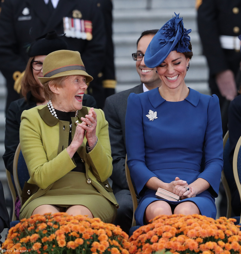 Katalin és Sharon Johnston, a kanadai kormányzó felesége éppen azt hallgatják, ahogy Vilmos herceg franciául beszél