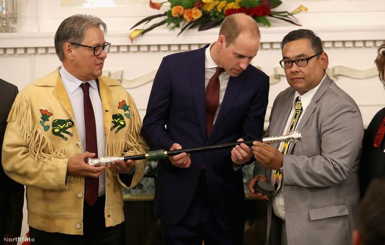 Vilmosnak fekete pálcát ajándékoznak a kanadai Victory város indián közösségének őslakos vezetői
