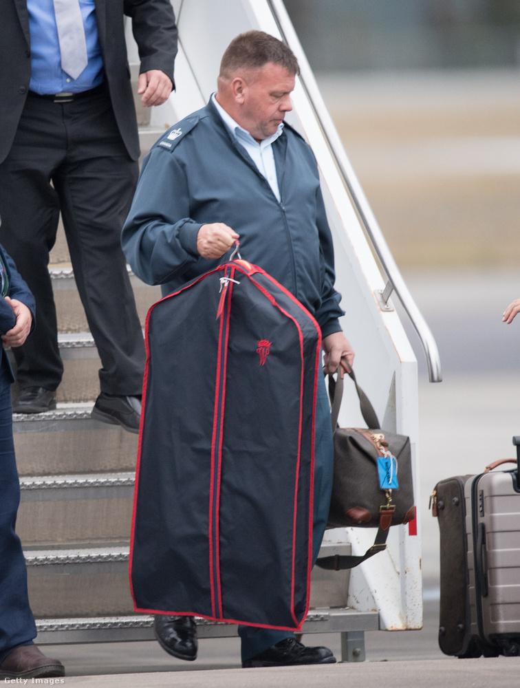 Külön személyzet szállította a hercegi család ruháit.