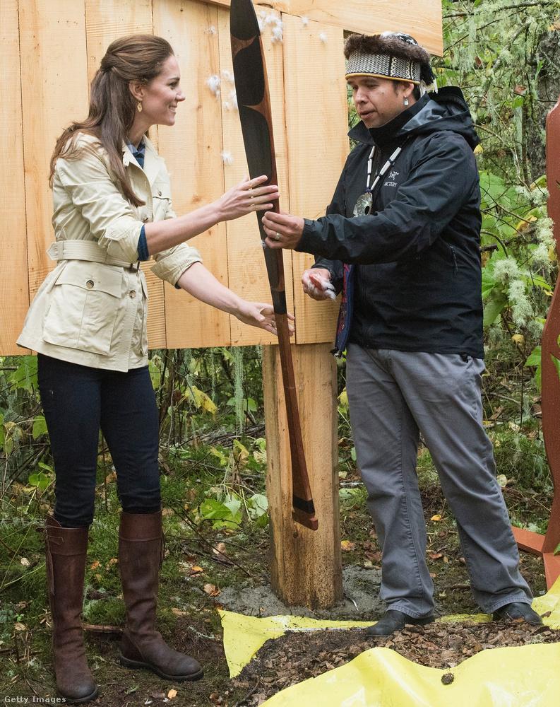 A hercegné a Nagy medve-esőerdőben is látogatást tett és találkozott helyi őslakosokkal is