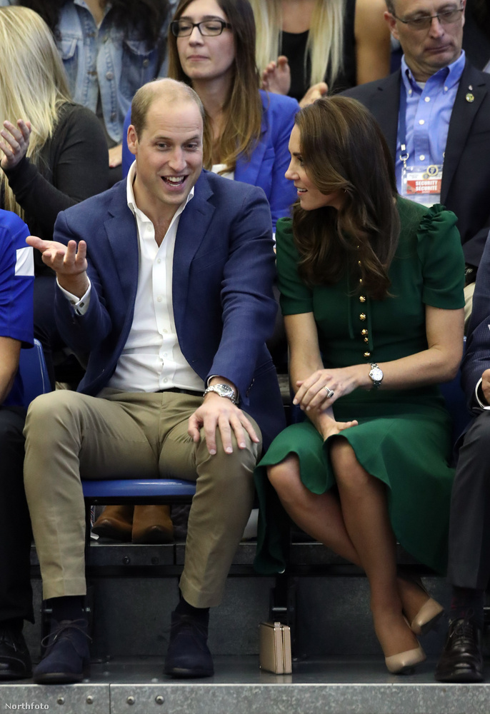 A hercegi párt elvitték röplabda meccset nézni, de Vilmost láthatóan nem izgatja egy olyan sport, ami nem a krikett vagy a lovaspóló.