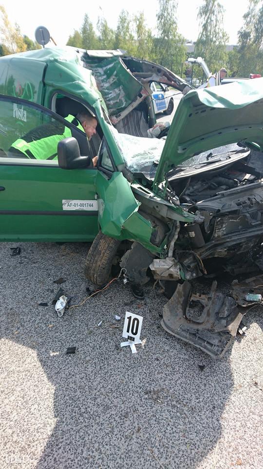 Szerda délután egy postás autó csapódott egy darunak Biatorbágy belterületén.
