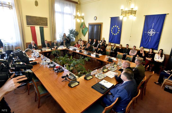 Simicskó István honvédelmi miniszter (jobbról középen) beszámolót tart az Országgyûlés honvédelmi és rendészeti bizottságának ülésén 2016. szeptember 22-én.
