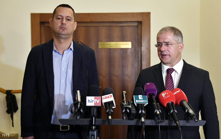 Kósa Lajos a rendészeti bizottság fideszes elnöke (j) és Molnár Zsolt a nemzetbiztonsági bizottság szocialista elnöke nyilatkozik a sajtónak az Országgyûlés nemzetbiztonsági valamint honvédelmi és rendészeti bizottságának zárt ülése után az Országházban 2016. szeptember 26-án.
