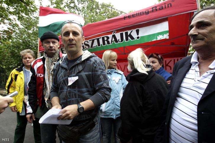 A Nem adom a házam mozgalom aktivistái köztük Póka László a demonstrálók szóvivője (b3) 72 órás éhségsztrájkba kezdtek a devizahitel-károsultak érdekében Orbán Viktor miniszterelnök budai házánál 2013. szeptember 3-án.