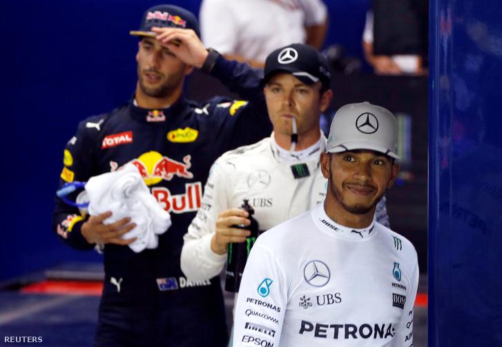 Ricciardo itt épp az időmérő utáni fotózásra indul a mercedesesekkel