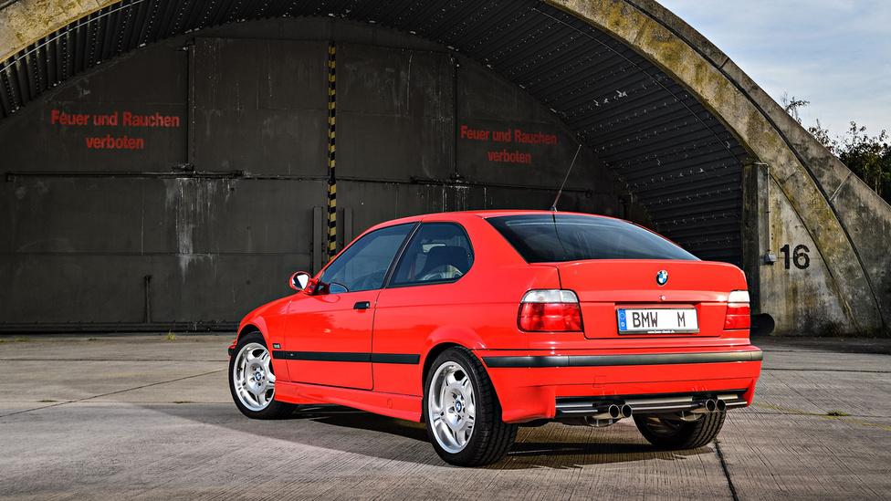 Ki mondta, hogy egy fiataloknak szánt autó nem lehet erős? Így került a '96-os Compactba az E36 M3-as 3,2 literes, 321 lóerős motorja.
