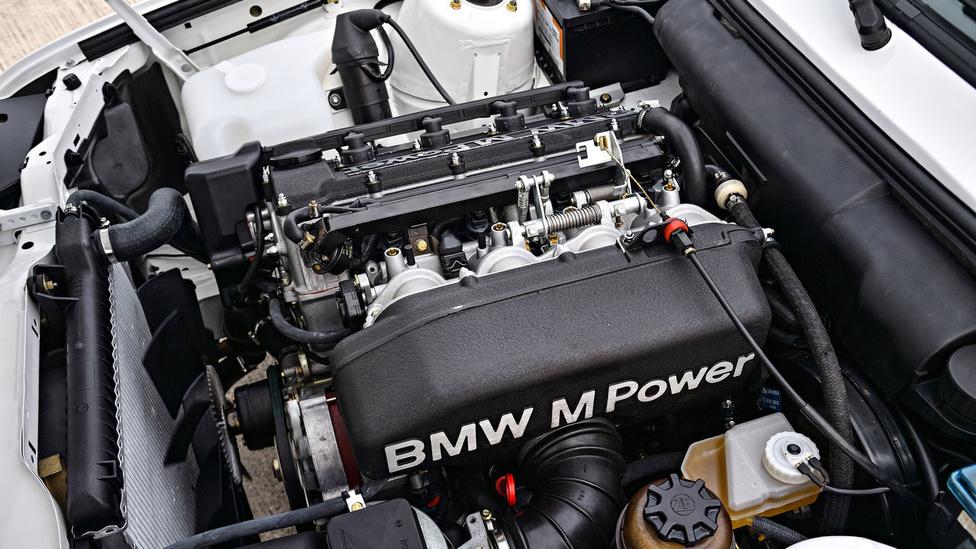 Az első M3-asból, azaz az E30 M3-ból 5000 darabot kellett eladnia a BMW-nek 12 hónap alatt, hogy részt vehessenek vele versenyeken.